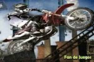 Moto stunt sur les sites industriels